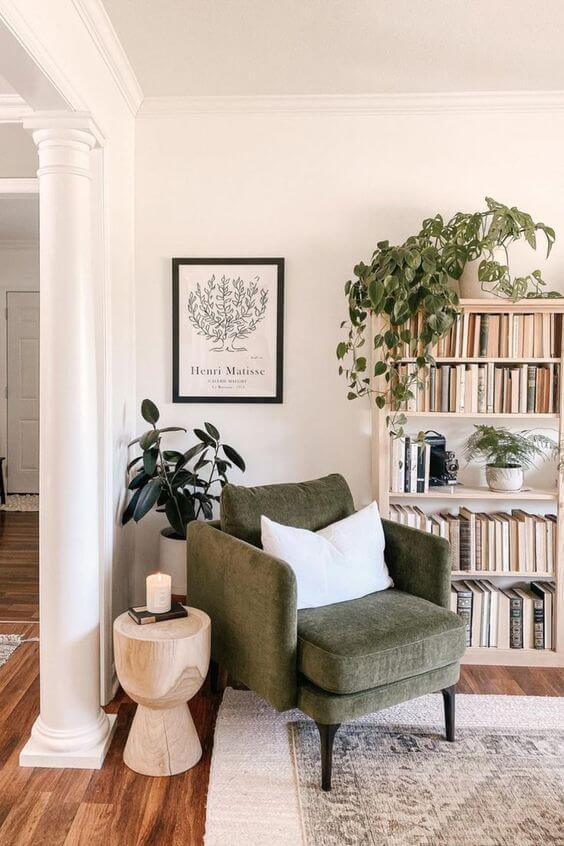 Cantinho de leitura com mini estante e poltrona verde