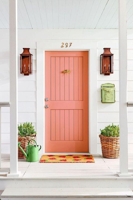 Casa com porta na cor pessego