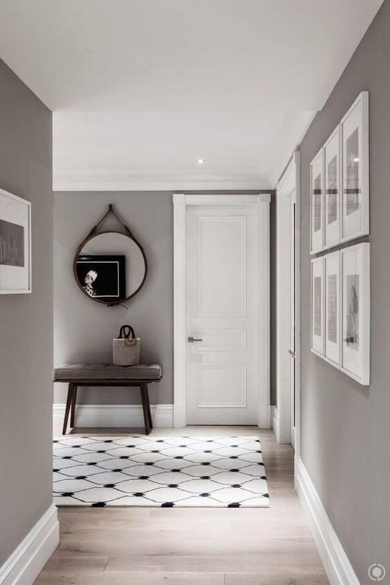 Casa com portas brancas e parede cinza