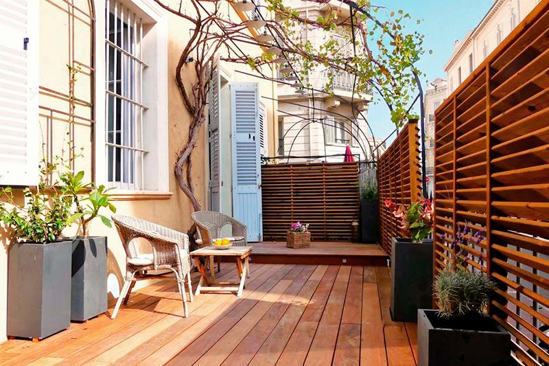 Casa com sacada de madeira
