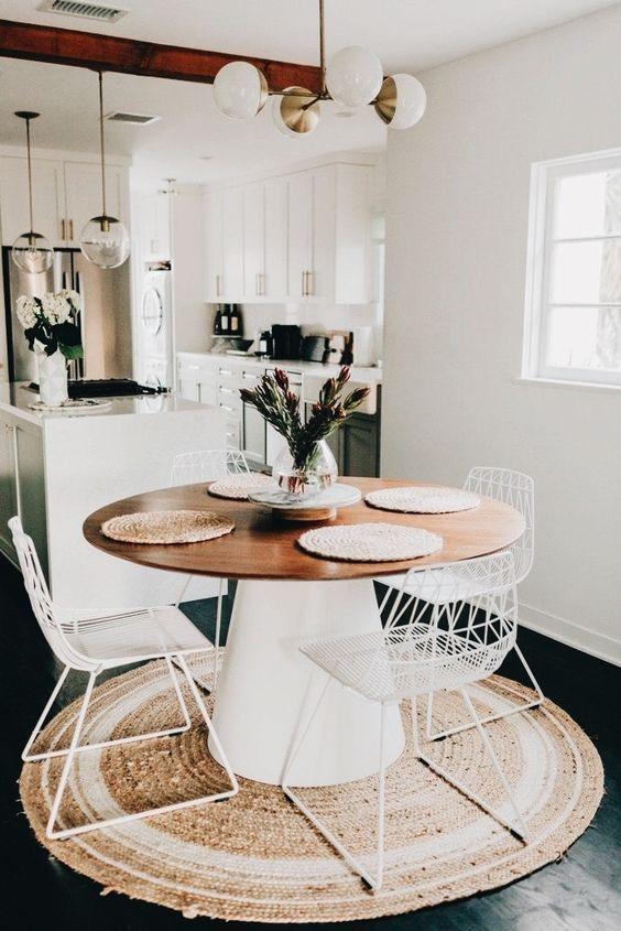 Casa conceito aberto com mesa cone branca e madeira