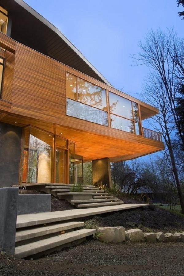 Casa de campo com revestimento externo com ripa de madeira e escada de alvenaria. Fonte: Revista Viva Decora