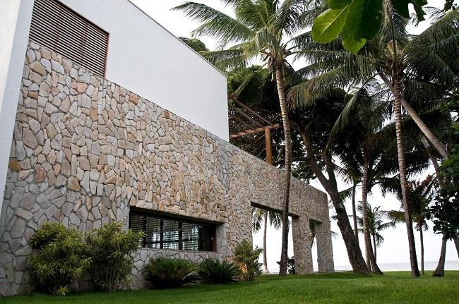 Casa de praia com revestimento externo feita em pedras. Projeto de Renato Teles Arquitetura