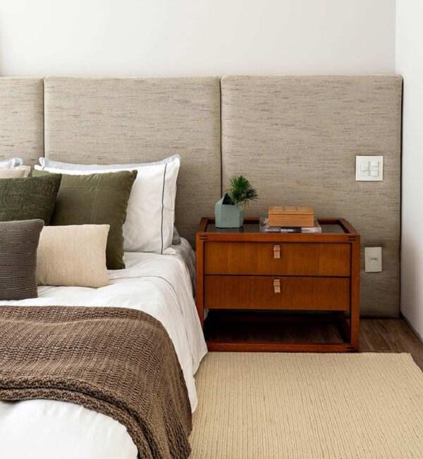 Casa de praia rústica conta com decoração de quarto marrom. Fonte: Casa de Valentina