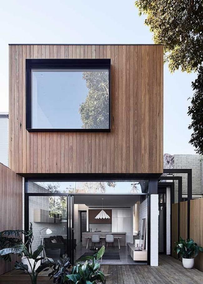 Casa moderna com revestimento externo metálico, madeira e janela ampla de vidro. Fonte: Revista Viva Decora 2