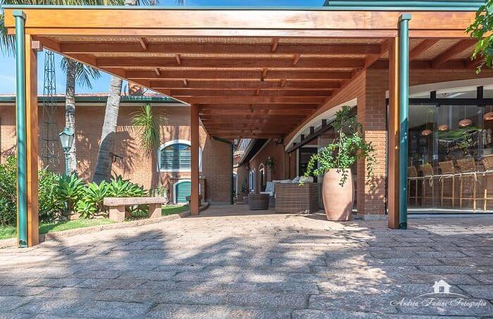 Casa rústica com cobertura para garagem feita de madeira e telas. Fonte: Andrea Castro Resende Fadini