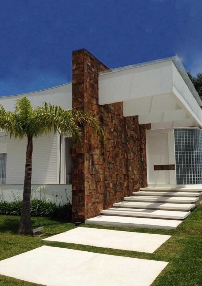 Casas com revestimento externo em pedra ferro e tijolos de vidro. Fonte: Pinosy