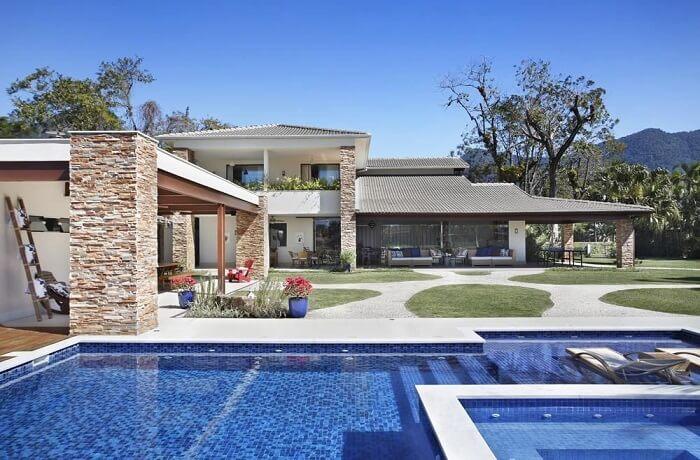 Casas grandes com piscina e jardim amplo. Projeto de RBP Arquitetura e Interiores