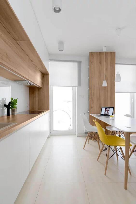 Cerâmica para cozinha piso bege com cadeiras amarelas