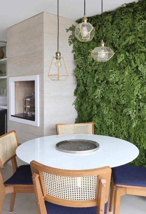 Churrasqueira gourmet de parede com jardim vertical na decoração