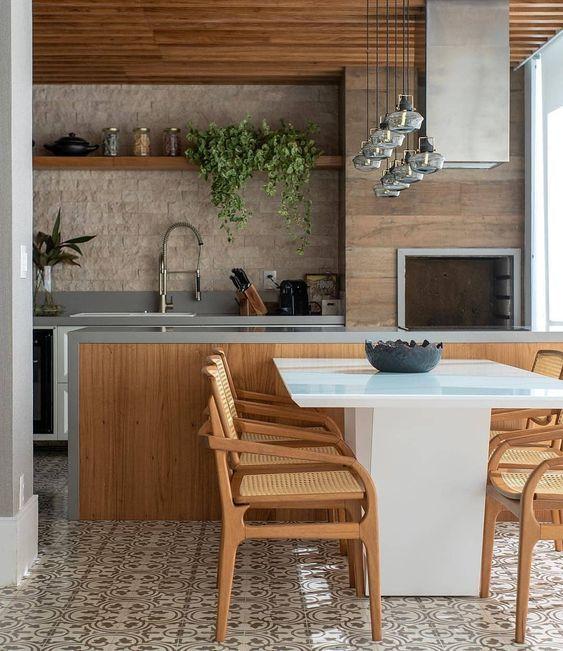Churrasqueira gourmet de parede com revestimento amaderado na decoração clássica