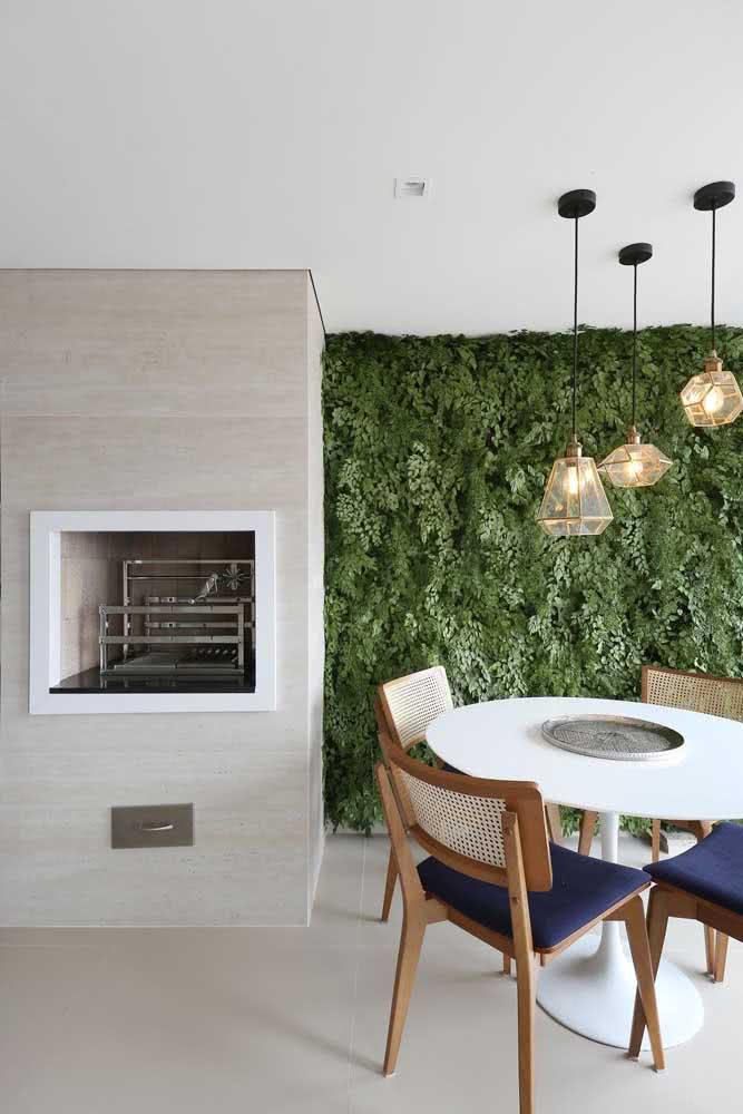 Churrasqueira gourmet de parede decoração verde e mesa de jantar na área gourmet