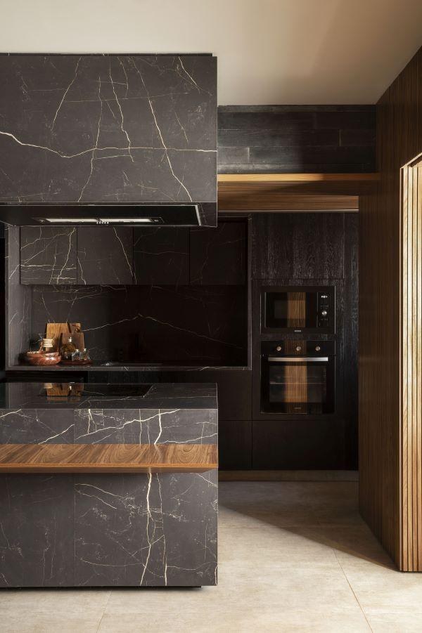 Churrasqueira gourmet na cozinha planejada e chique com revestimento de marmore