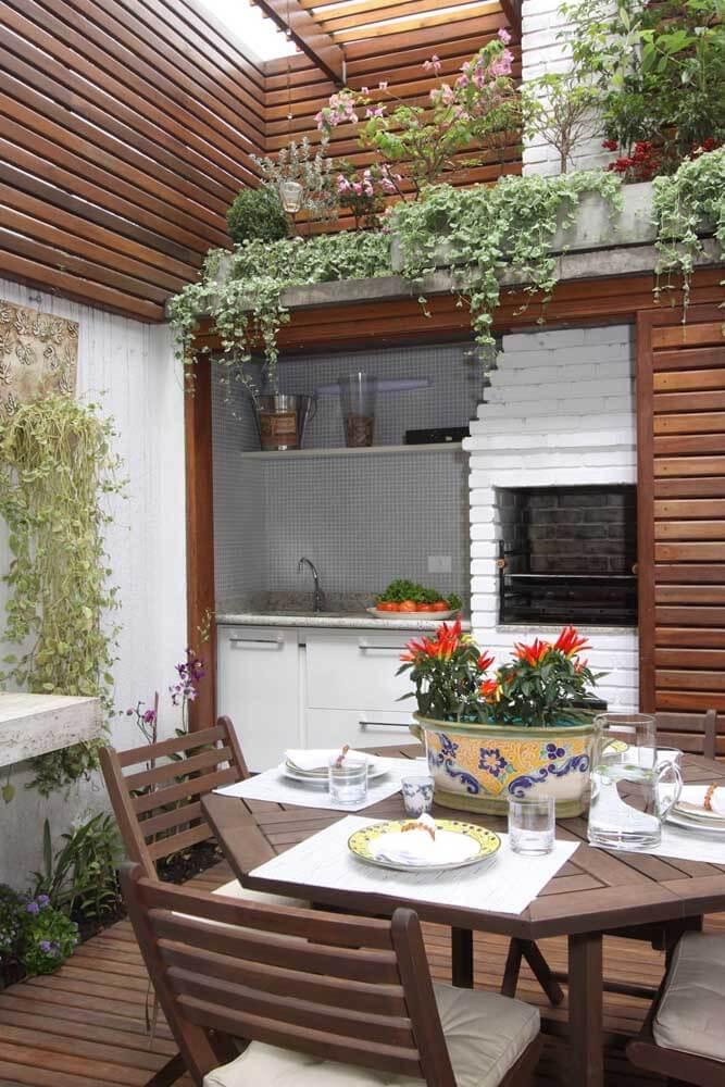 Churrasqueira gourmet pequena pintada de branco na área de lazer