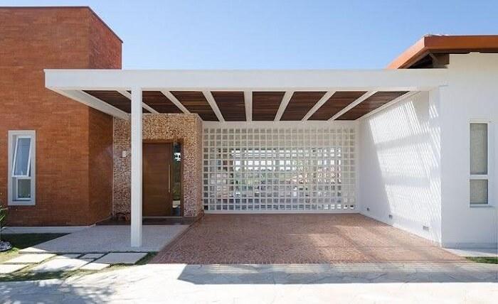 Cobertura de ferro para garagem com acabamento em madeira. Fonte: Pinterest