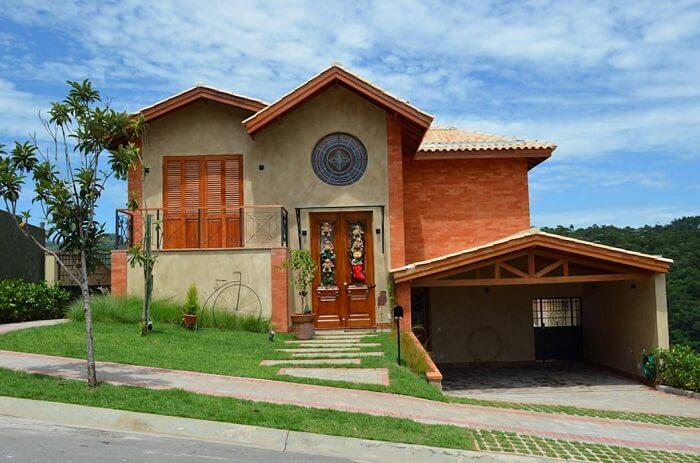 Cobertura de garagem feito estrutura de madeira e telha de cerâmica. Fonte: Revista Viva Decora