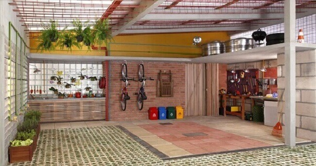 Concregrama e revestimento emborrachado no chão e cobertura de ferro para garagem. Fonte: Pinterest