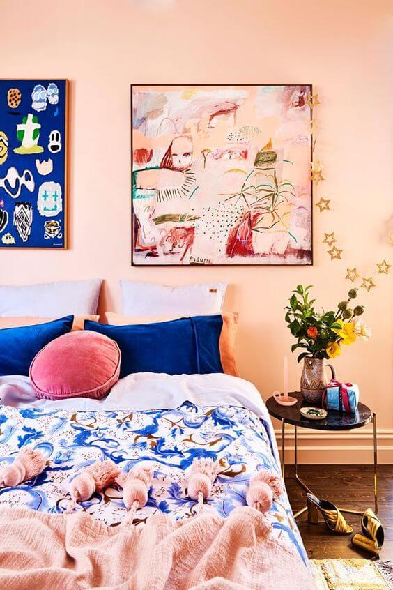 Cor pessego para quarto moderno com decoração azul