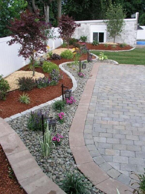 Cores e curvas fazem parte do jardim decorado com pedras. Fonte: Pinterest