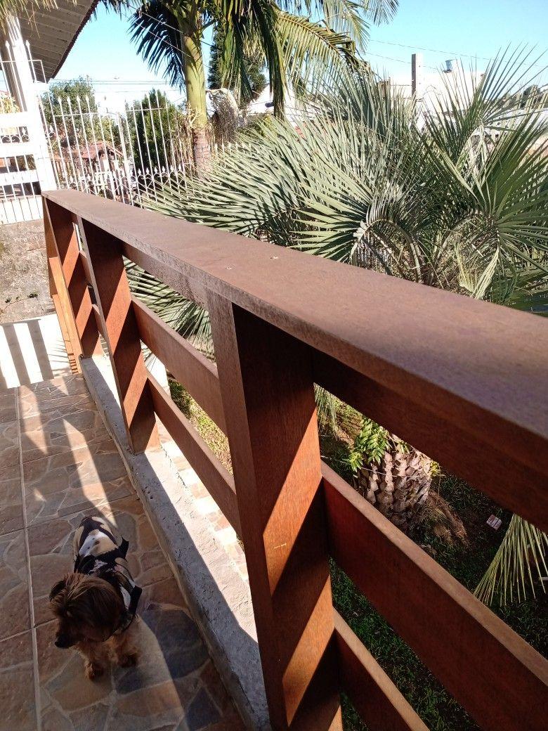 Corrimão de madeira para sacada com jardim