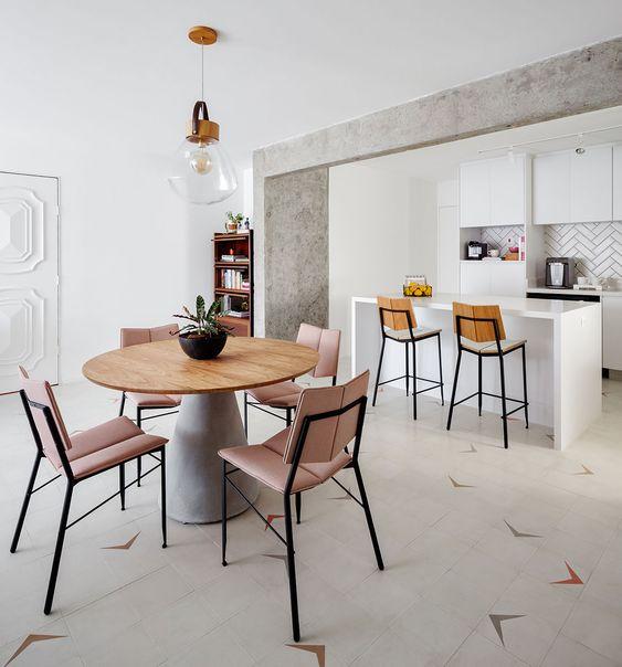 Cozinha americana com mesa cone na sala de jantar