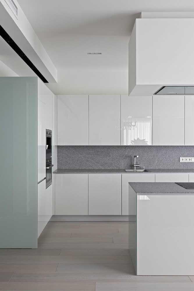 Cozinha branca com bancada granito cinza
