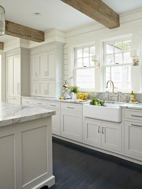 Cozinha clara com granito cinza na bancada e pia