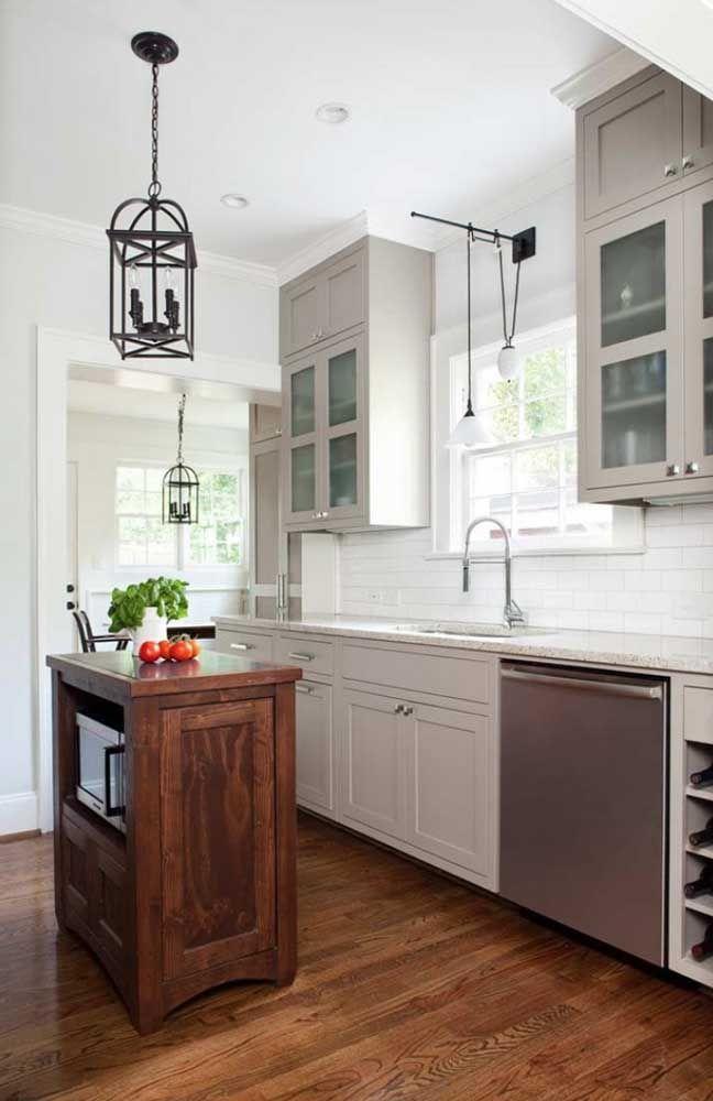Cozinha com armários brancos e granito cinza