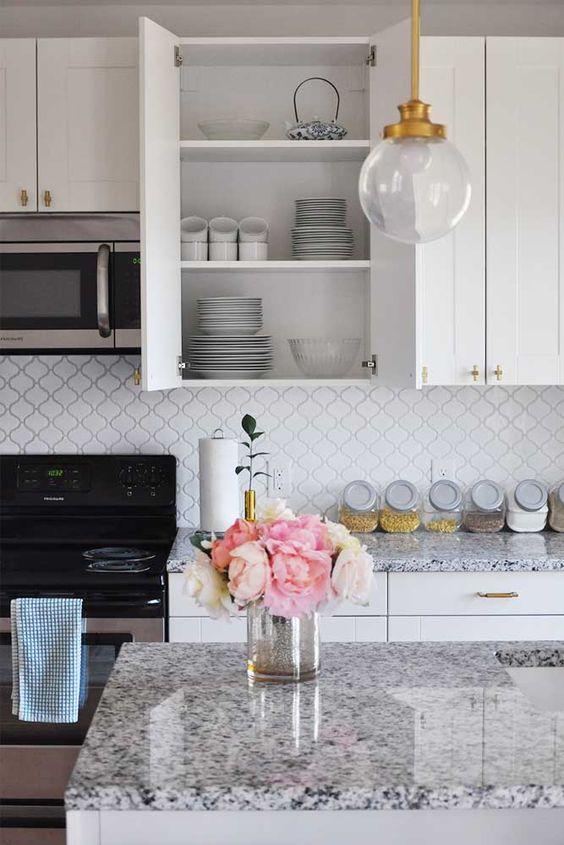 Cozinha com bancada de granito branco
