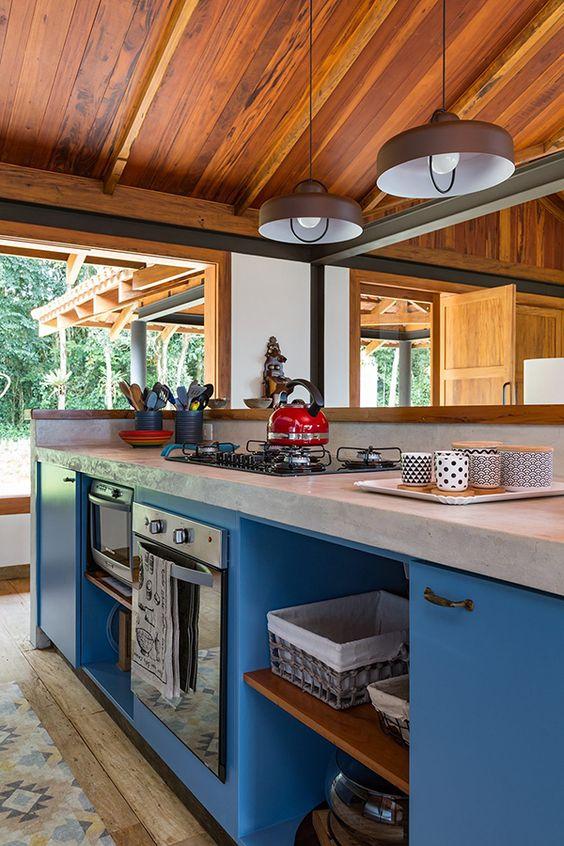 Cozinha com bancada de granito cinza claro e armário azul