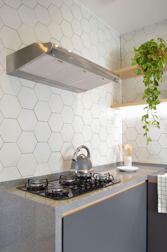 Cozinha com bancada de granito cinza e cooktop