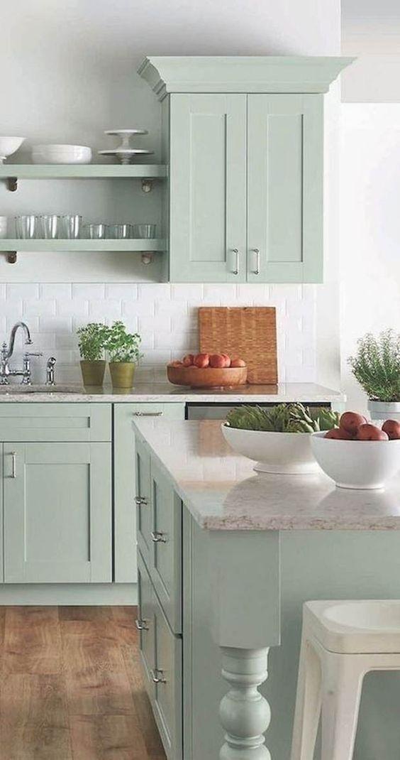 Cozinha com bancada de granito e ilha na mesma cor