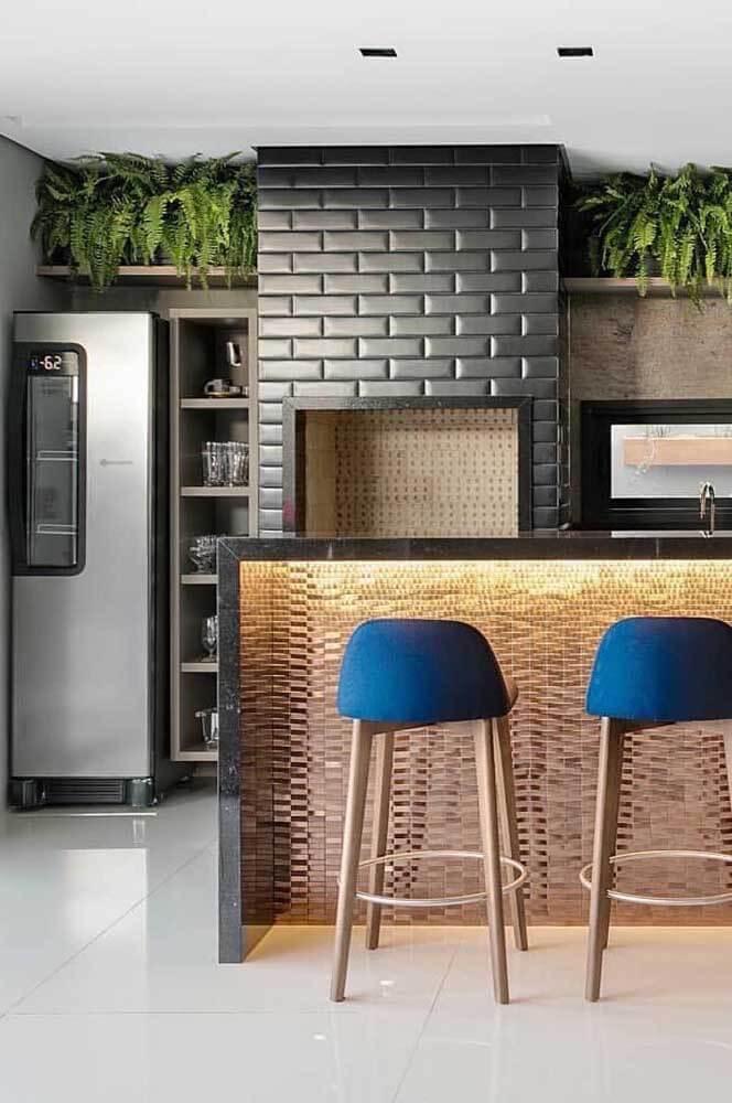 Cozinha com churrasqueira gourmet planejada e banqueta azul