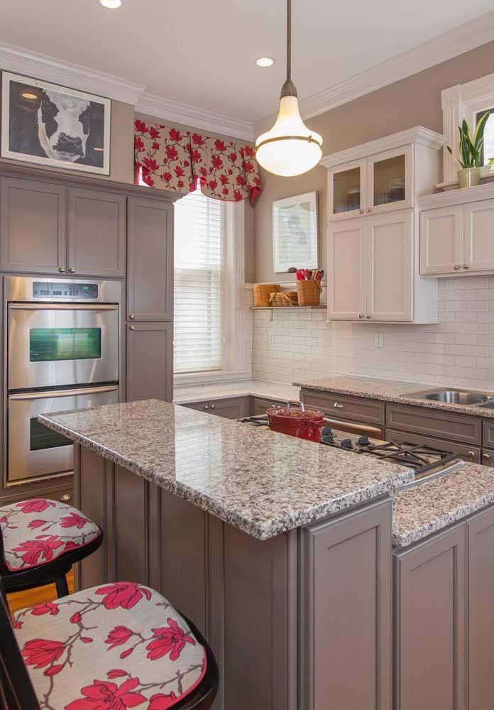 Cozinha com granito cinza e armários da mesma cor