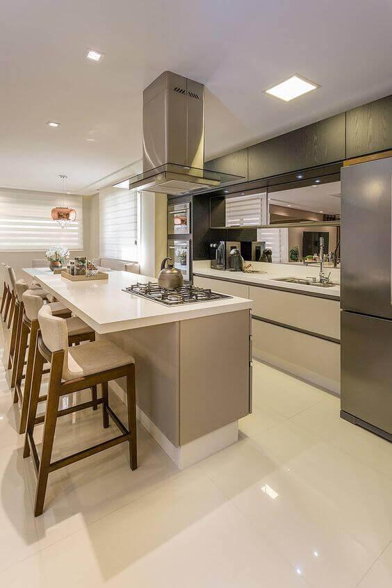 Cozinha com piso bege acetinado e armários um tom mais escuro para um ambiente monocromático