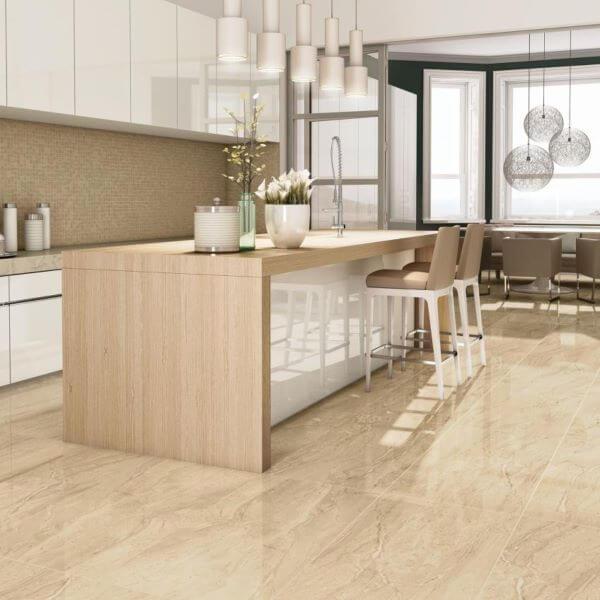 Cozinha com piso bege na decoração e bancada de madeira