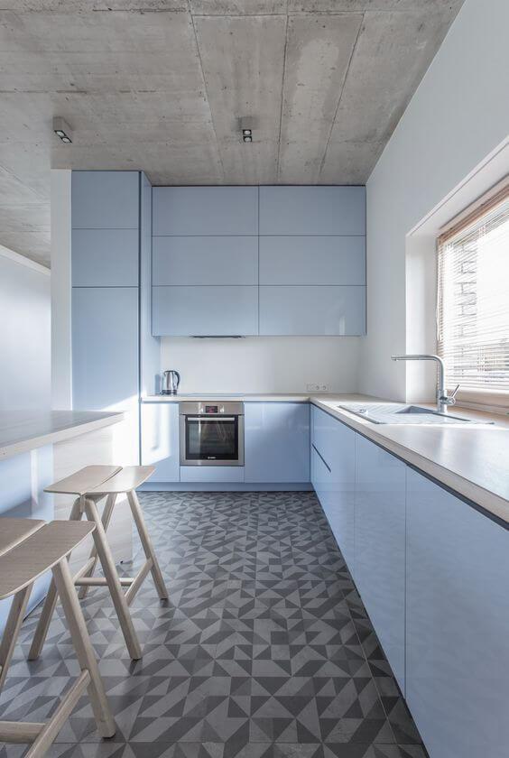 Cozinha com piso de porcelanato cinza e bege