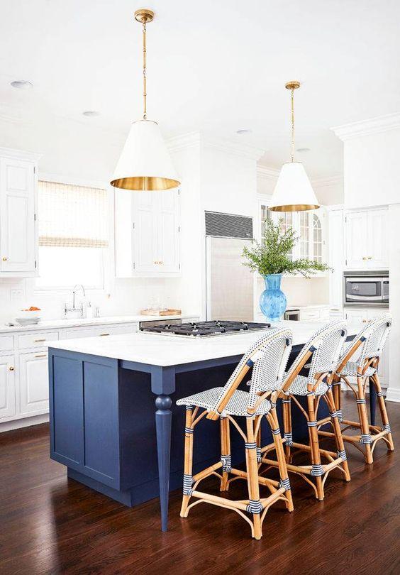 Cozinha com piso marrom e balcão azul marinho