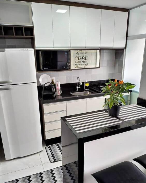 Cozinha com tapete chevron e passadeira