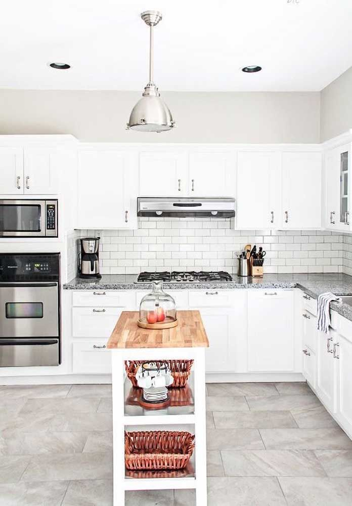 Cozinha em L com granito cinza e armários modulados brancos