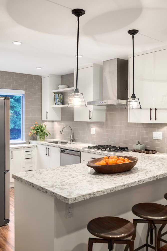 Cozinha em U com bancada de granito cinza