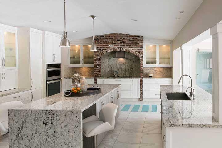 Cozinha grande com bancada e pia de granito cinza