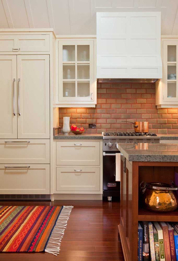 Cozinha planejada com granito cinza e móveis de madeira