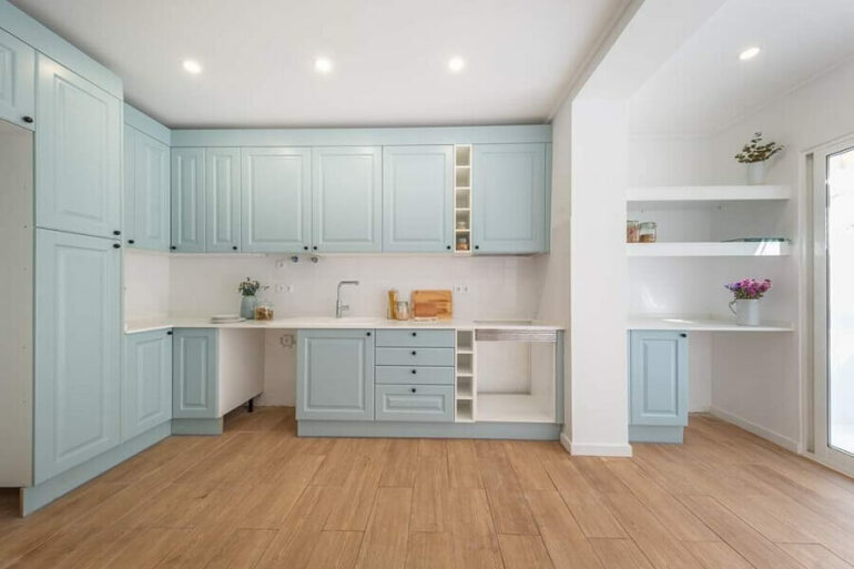 Decoração clássica para cozinha planejada azul pastel e branca Foto Habitissimo