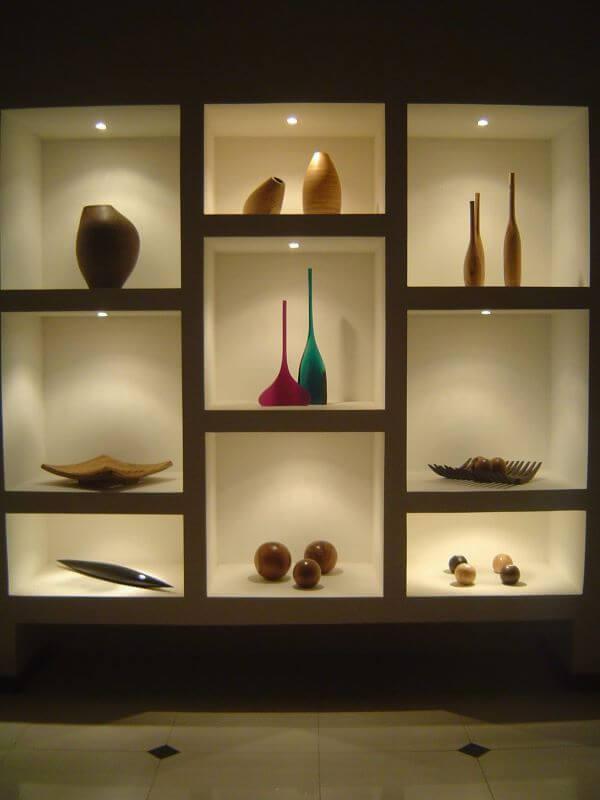 Decoração com estante de gesso e vasos de flores