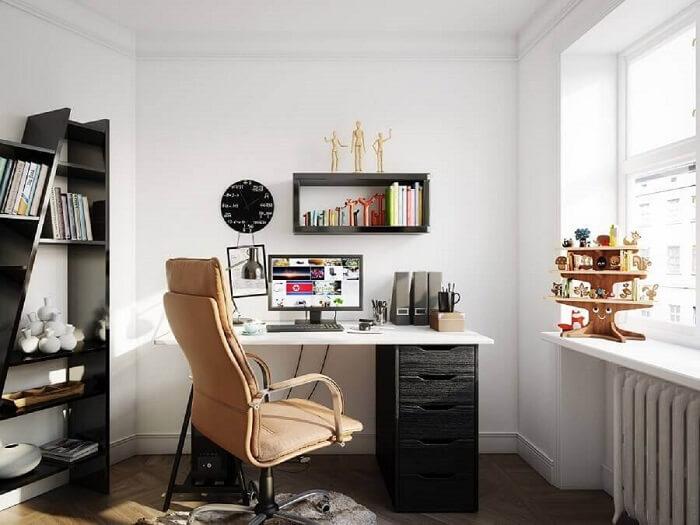 Decoração com gaveteiro preto e cadeira bem confortável. Fonte: GettyImages