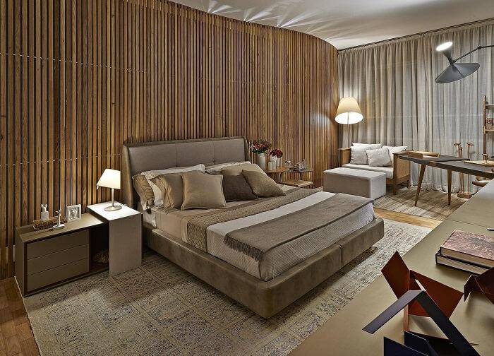 Decoração de quarto marrom com parede feita em ripas de madeira. Projeto de Eduarda Corrêa