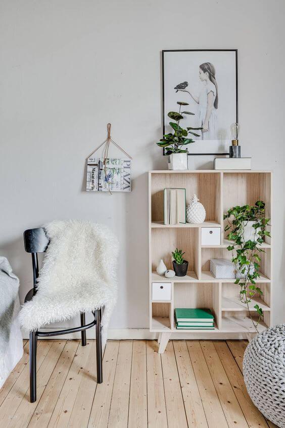 Decoração de sala de estar com mini estante