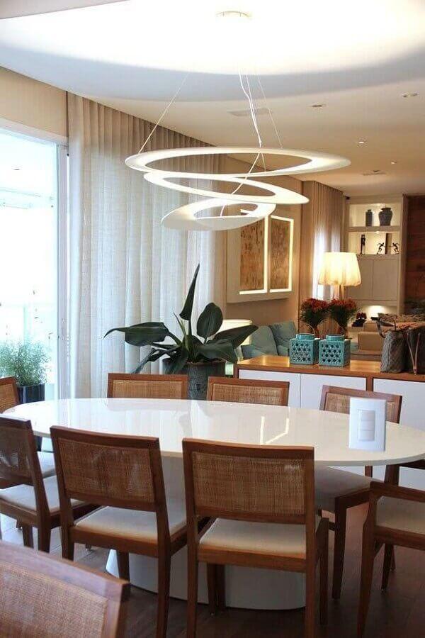 Decoração de sala de jantar com lustre de teto moderno Foto Casa de Valentina