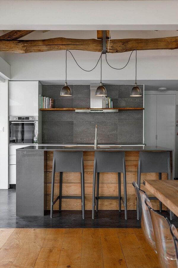 Decoração estilo industrial para cozinha planejada com armários brancos e ilha cinza com detalhe em madeira Foto Habitissimo